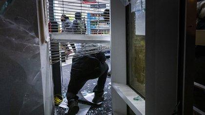 Hubo destrozos en comercios de Oakland (AP Photo/Philip Pacheco)