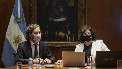 Carla Vizzotti junto al jefe de Gabinete, Santiago Cafiero. La ministra de Salud quiere que el plan de vacunación sea más transparente.
