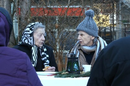Residentes de un hogar de ancianos St Martha en una fiesta de navidad al aire libreen Speyer, Alemania.   REUTERS/Ralph Orlowski