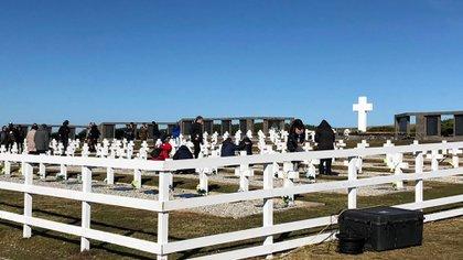 La ceremonia en el cementerio de Darwin