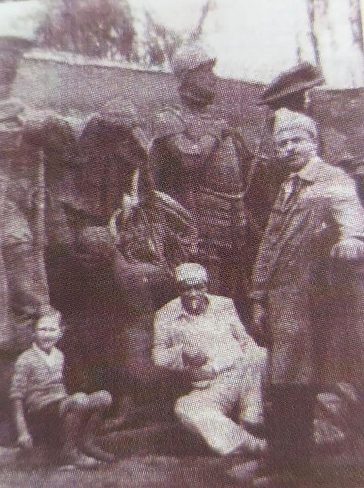 En la realización del monumento a España (sentado al centro de la foto)
