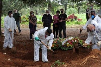 Familiares de Joao Barbosa, quien murió debido al COVID-19, reaccionan durante el funeral en el Día de Navidad, en el cementerio Vila Formosa, en Sao Paulo (REUTERS/Amanda Perobelli/archivo)