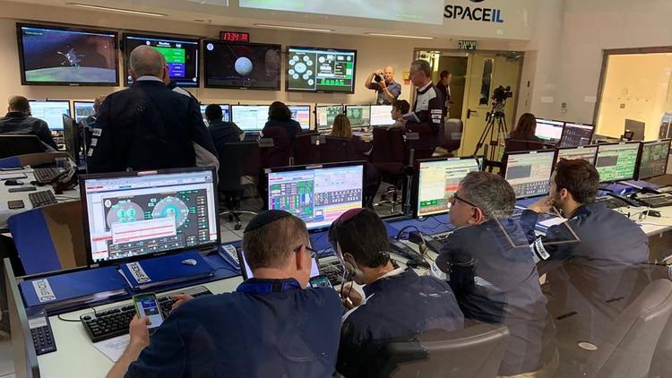 En la sala de control espacial, los ingenieros maniobran el módulo antes de la pérdida de contacto