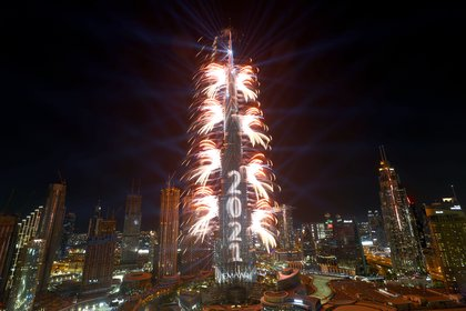 Fuegos artificiales brotando del edificio Burj Khalifa en Dubai el 31 de diciembre de 2020 (Reuters/ Ahmed Jadallah)