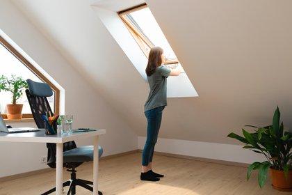 """""""Los ambientes interiores sin ventilación son los más riesgosos para la transmisión de SARS-CoV-2 mediante aerosoles"""" (Shutterstock)"""