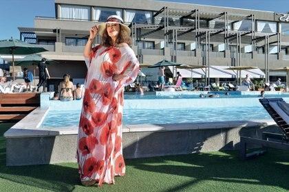Bajo la mirada curiosa de los turistas posó en la pileta del Eleton Resort. (Foto Fabián Uset/GENTE)