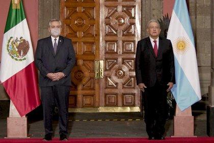 Durante la ceremonia de bienvenida, se entonaron los himnos de cada país. : Presidencia de México.