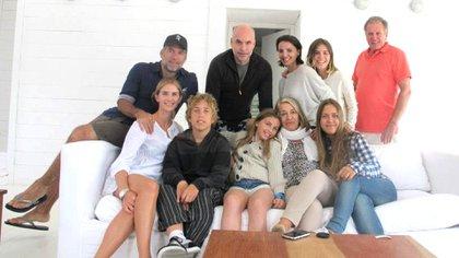 Los Rodríguez Larreta en un encuentro familiar. María Cristina, sentada junto a sus nietos (Facebook)