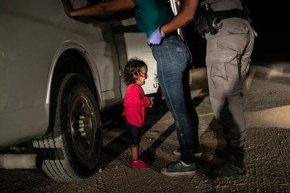 Yana, la niña hondureña que se volvió en símbolo de la lucha de los migrantes que intentan ingresar a EEUU, llora mientras su madre, Sandra Sánchez, es detenida por agentes fronterizos en McAllen, Texas. (JOHN MOORE (GETTY IMAGES)