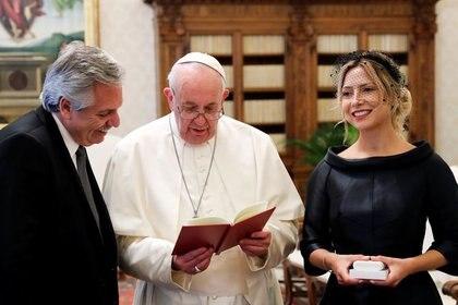 El Papa Francisco lee una oración para el presidente de Argentina, Alberto Fernández, y su pareja, Fabiola Yáñez, en El Vaticano. 31 enero 2020. REUTERS/Remo Casilli