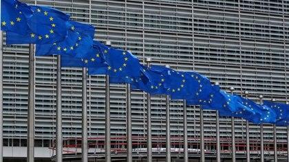 FOTO DE ARCHIVO: Las banderas de la Unión Europea ondean frente a la sede de la Comisión Europea en Bruselas, Bélgica, el 5 de junio de 2020. REUTERS/Yves Herman