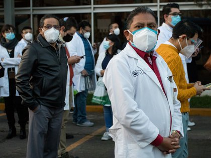 Que políticos y sus familiares reciban la dosis antes que los médicos de primera línea causó un escándalo en México y otros países (Cuartosocuro.com)