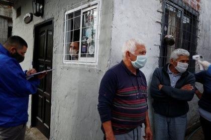 Un trabajador médico examina personas en una villa, en Beccar - REUTERS/Agustin Marcarian