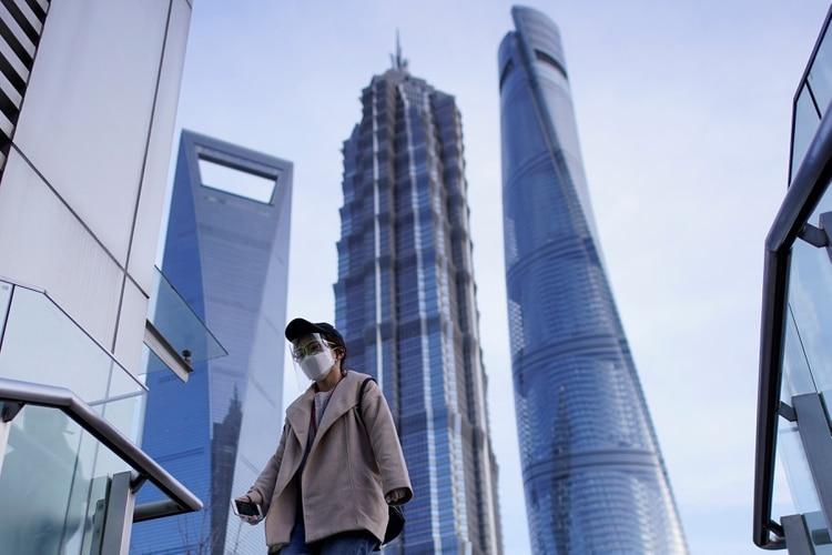 Una mujer usa barbijo contra el coronavirus en Shangai, China (REUTERS/Aly Song)