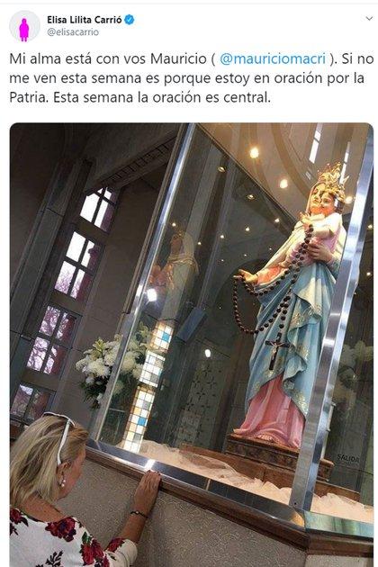 Elisa Carrió junto a la imagen de la Virgen de San Nicolás
