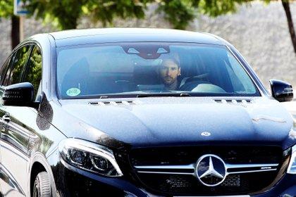 """""""La Pulga"""" abandonó el aeropuerto acompañado de su esposa Antonela Roccuzzo, quien lo recogió en el auto (EFE/ Alejandro Garcia)"""