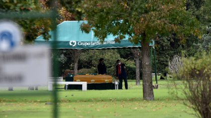 Uno de los hombres tomó su teléfono para realizar una videollamada y transmitir el entierro de Goldy Legrand