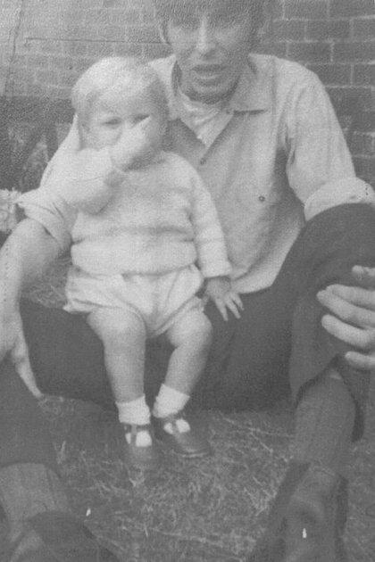 Paul Booth, de 19 meses y David Dearlove, en una fotografía tomada en su vivienda de Haverton hill, en Stockton-on-Tees, Reino Unido