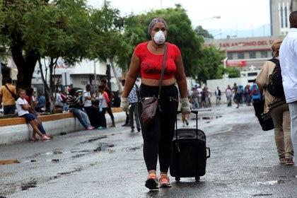 Una mujer con una máscara en San Antonio, Táchira, cerca de la frontera entre Venezuela y Colombia (REUTERS/Carlos Eduardo Ramírez)