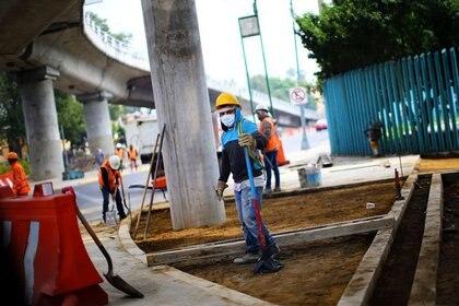 Un trabajador de la construcción, con una máscara protectora, en su lugar de trabajo en la Ciudad de México, México. 1 de junio de 2020 Foto: (REUTERS / Edgard Garrido)