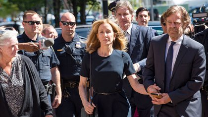 Felicity Huffman ingresando a la Corte antes de escuchar la sentencia