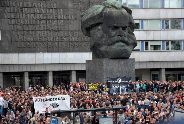 Manifestantes ultraderechista se manifiestan, irónicamente, bajo el busto de Karl Marx (Reuters)