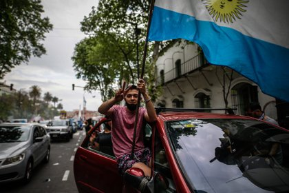 Varias personas se manifiestan a favor del Presidente Alberto Fernández hoy en la ciudad de Buenos Aires (Argentina). EFE/Juan Ignacio Roncoroni