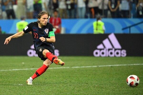 Luka Modric ejecuta su penal ante Dinamarca en los octavos de final (AFP)