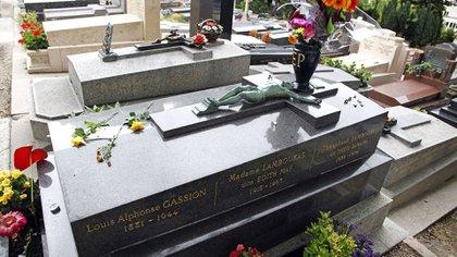 Tumba de Edith Piaf en el cementerio Pere Lachaise en París, Francia París, Francia - Agosto de 2011. (Foto de Paul Brown / Shutterstock)