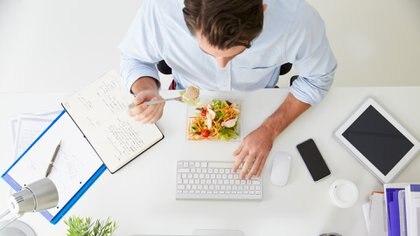 La comida y la concentración van de la mano en el trabajo (Getty)