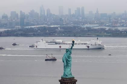 La llegada del buque hospital USNS Comfort al puerto de Nueva York (Reuters)