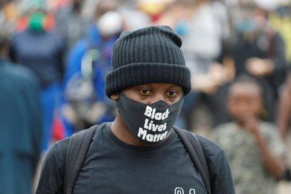 Un persona protesta con un tapaboca alusivo al movimiento Black Lives Matters