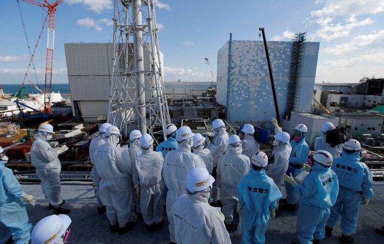Periodistas frente a los reactores 1 y 2 de la centra de Fukushuima (REUTERS/Toru Hanai/archivo)