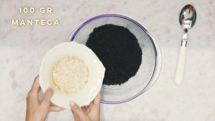 PASO 1: En un bol, triturar las galletitas y mezclarlas con la manteca hasta formar una pasta granulosa.