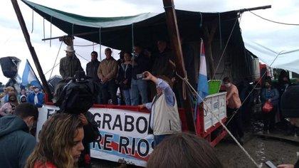 Los tres hermanos Etchevehere -el ex ministro Luis Miguel, Juan Diego y Arturo Sebastián- estuvieron junto a su madre, Leonor Barbero Marcial, manifestándose en contra de la decisión del juez subrogante de La Paz Raúl Flores