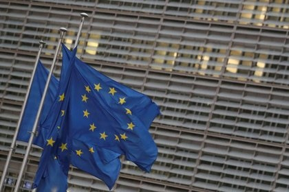 FOTO DE ARCHIVO: Banderas de la Unión Europea frente a la sede de la Comisión Europea, en Bruselas, Bélgica, 24 de diciembre de 2020. REUTERS/Yves Herman/File Photo - RC2FML9Y7NH7