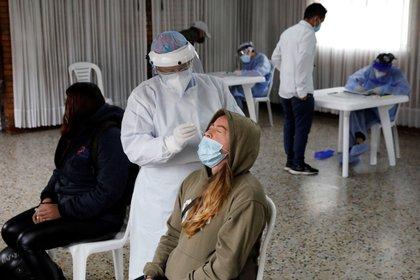 Una mujer se somete hoy a una prueba de covid-19 en Bogotá (Colombia). EFE/ Carlos Ortega