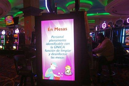 Diversos mensajes de prevención del coronavirus se muestran a lo largo de las instalaciones de un conocido casino de la ciudad, esto ya que el día de hoy después de cinco meses de permanecer cerrados a causa de la pandemia sanitaria del Covid-19 fueron reaperturados estos negocios.