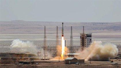 La televisión estatal en Teherán mostroel lanzamiento del cohete espacial Simorgh (Fénix)