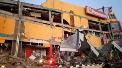 El terremoto de este viernes dejó edificios destruidos (Reuters)