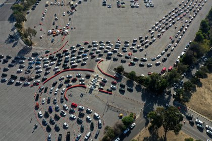 El aparcamiento parece un enorme autocine sin pantallas. Algunos vehículos que esperan la inyección se quedan sin gasolina o se averían tras varias horas en el lugar. Sí ayuda que sea invierno, para evitar el calor intenso entre el asfalto