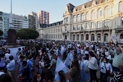 Decenas de personas se reunieron frente al Palacio Pizzurno para protestar (Nicolas Stulberg)
