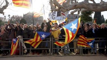 """Independentistas catalanes muestran la bandera """"Estelada"""", símbolo de la independencia de Cataluña"""