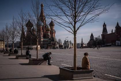 Distanciamiento social en la Plaza Roja de Moscú. Las autoridades rusas intentaron al principio culpar a las clases altas por la crisis del coronavirus  (Sergey Ponomarev/The New York Times)