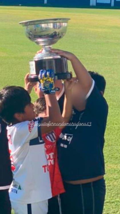 Dieguito y sus amigos con la copa (@veruojeda25)