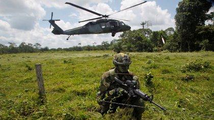 Un soldado colombiano vigilaba la frontera con Ecuador en el departamento de Nariño, Colombia, el año pasado. Credit Fredy Builes/Reuters