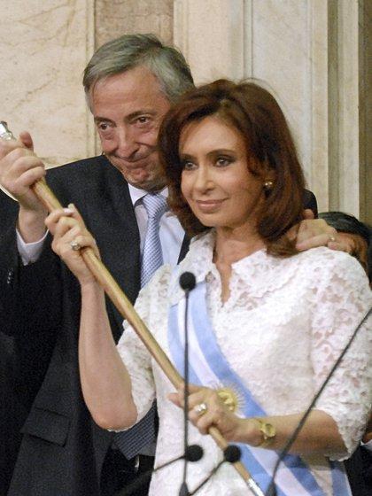 Néstor Kirchner fue quien le entregó el bastón a su esposa, la presidenta Cristina Fernández
