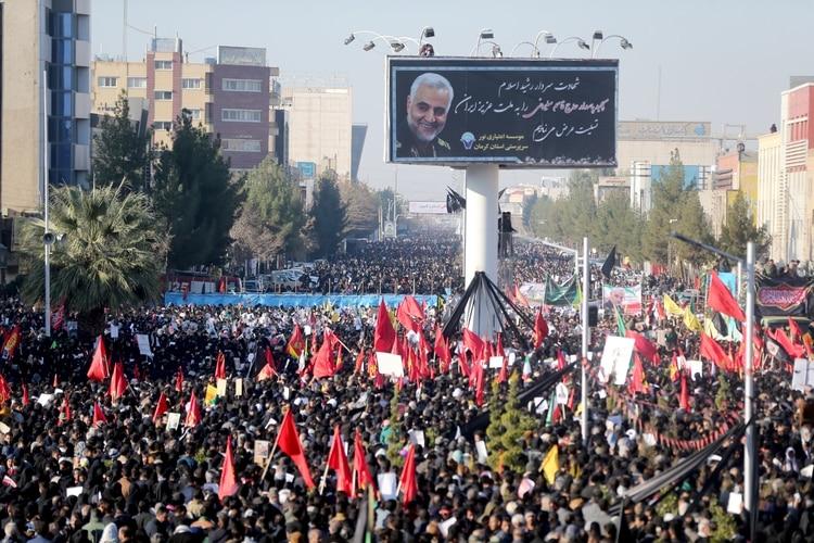 Miles de asistentes al funeral en Kerman (Reuters)