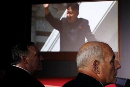 El secretario de Estado, Mike Pompeo, y el jefe de gabinete, John Kelly, observan el video presentado por la Casa Blanca (Reuters)
