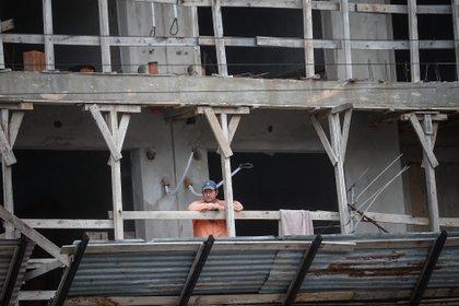 Un obrero descansa en una obra de construcción en Buenos Aires (Argentina). EFE/Juan Ignacio Roncoroni/Archivo